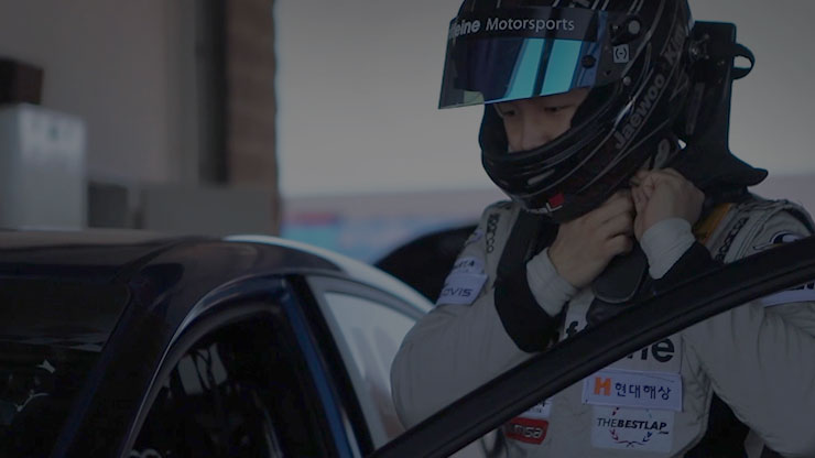 a person is wearing his helmet for avante cup race